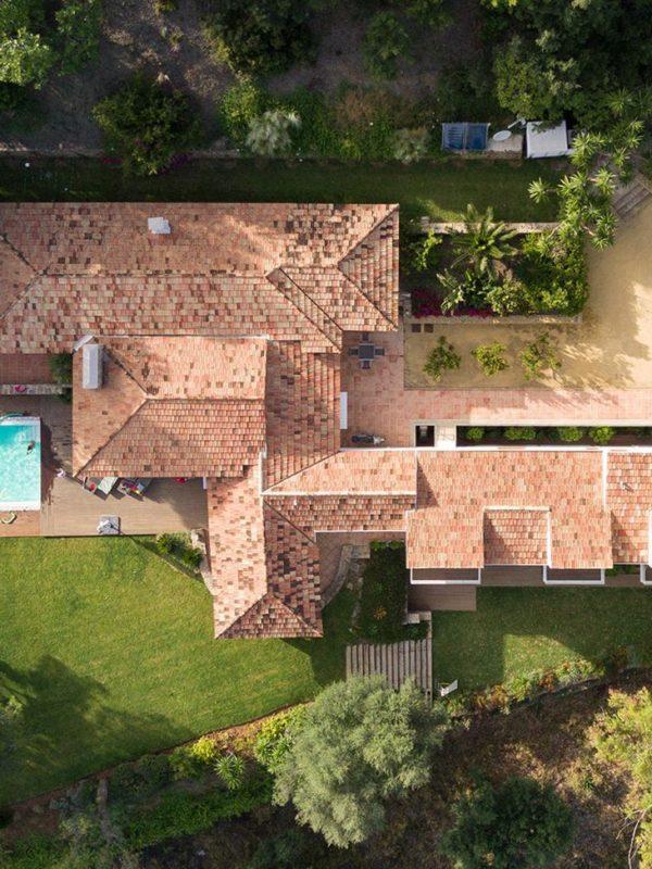 vista de pájaro de la casa con piscina