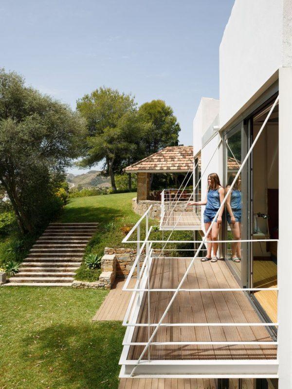 Balcón de metal y madera del dormitorio en la ampliacion de la villa