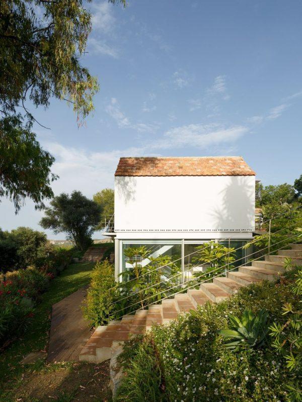 La fachada este contrasta lo tradicional con lo contemporáneo