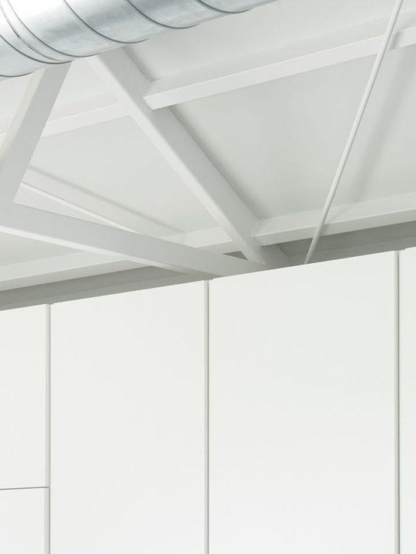 Detalle de la cocina con conducto de ventilación metálico
