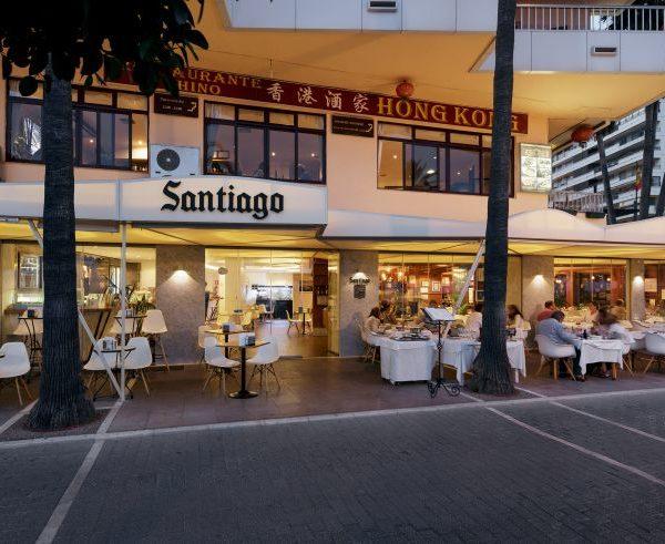 Fachada del restaurante iluminada por la noche