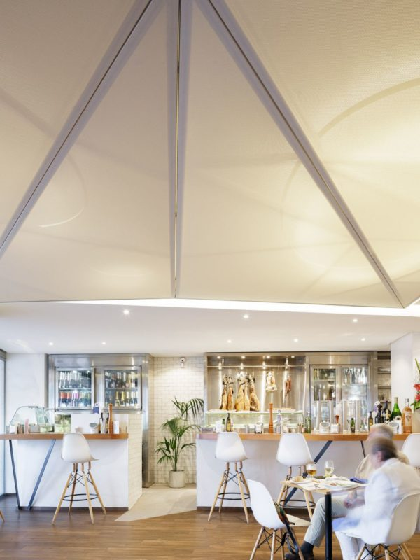 zona de tapas por la noche con techo iluminado